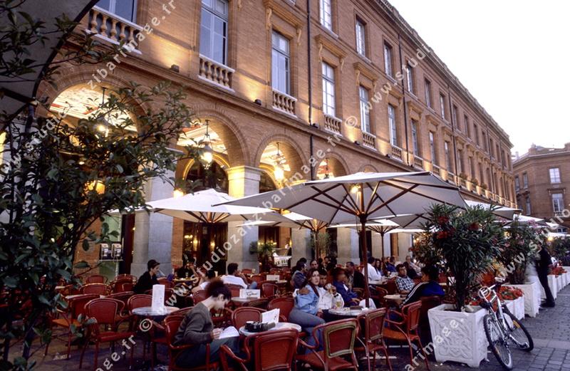 Les arcades terrasses de caf place du capitole toulouse phototh que agence photo banque d - Terrasse jardin resto paris toulouse ...